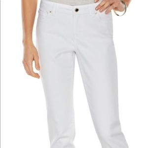 White cropped frayed cuffed fitted jeans